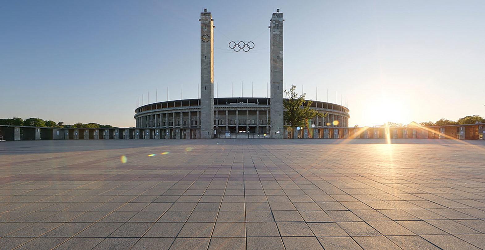 Das Berliner Olympiastadion mit den Olympischen Ringen.