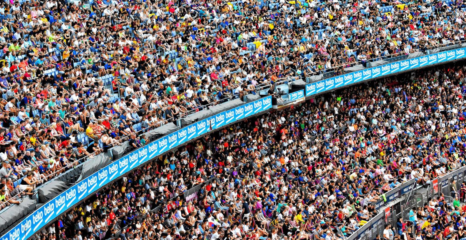 Bild einer voll besetzten Zuschaerkurve in einem Stadion