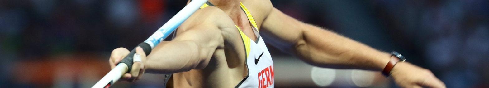 Rückenansicht von Olympiasieger und Europameister Thomas Röhler beim Speerwurf.