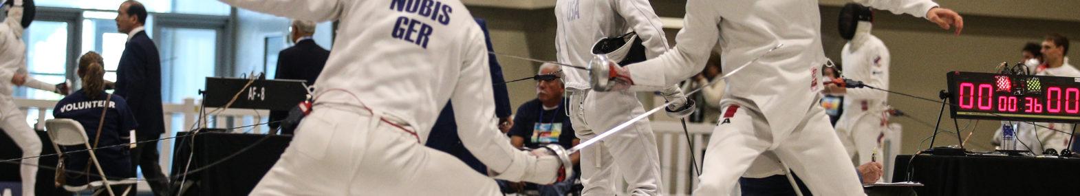 Rückenansicht vom 1,96 Meter großen Alexander Nobis während eines Fechtwettkampfs.