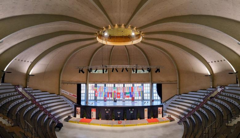 Innenansicht des architektonisch auffälligen Kuppelsaal, dieser gehört zur Hauptattraktion des Berliner Olympiaparks.