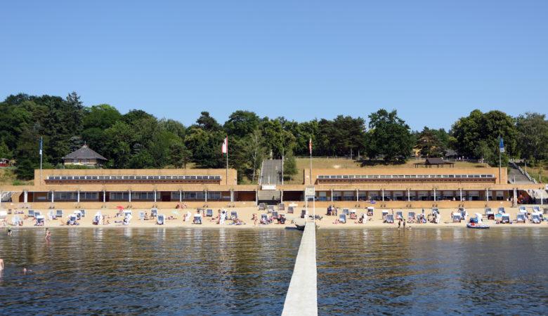 Ansicht des Sandstrandes mit Strandkörben im Strandbad Wannsee.