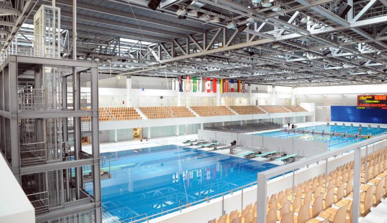 Innenansicht Schwimm- und Sprunghalle im Europasportpark. In der Wettkampfhalle befinden sich das Wettkampfbecken sowie das Sprungbecken. Hier finden über 2.000 Zuschauer Platz – bei Großveranstaltungen mit temporären Zusatztribünen sogar bis zu 4.500 Zuschauer.